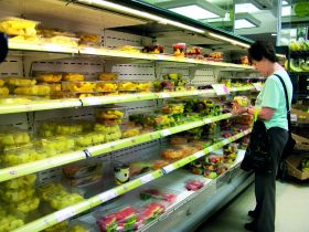 Shoppers back 'plastic-free aisle' in supermarkets