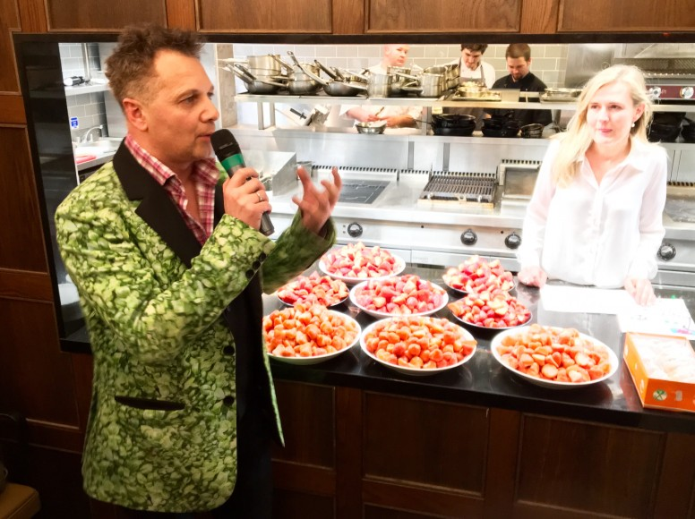 Paul Da Costa Greaves  left   country manager for Koppert Cress UK  and Pascale Tammes of HOdds  right  hosted the strawberry tasting at The Chef     s Forum     Fruitnet com